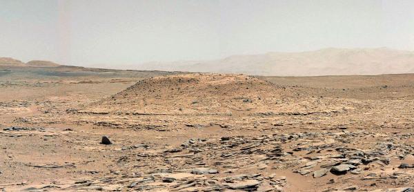 Zoom sur le Mont Remarkable, site du prochain forage (sol 592, 6 avril 2014)