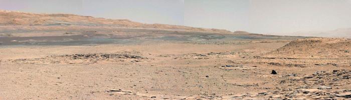 À 50m au SE du Mont Remarkable (visible à droite) se trouve un petit relief sans nom visible dans la moitié gauche de l'image