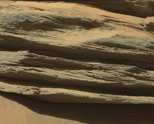 Zoom sur certaines couches des supérieures du relief sans nom au SE du Mont Remarquable (sol 631, 16 mai 2014)