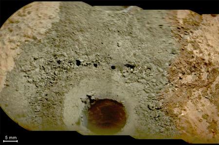 Gros plan sur le forage n°2 du site de John Klein entouré de la poudre verdâtre issue du forage