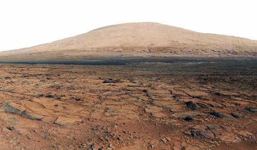 """Depuis Point Lake, Curiosity """"se retourne"""" et photographie le Mont Sharp"""