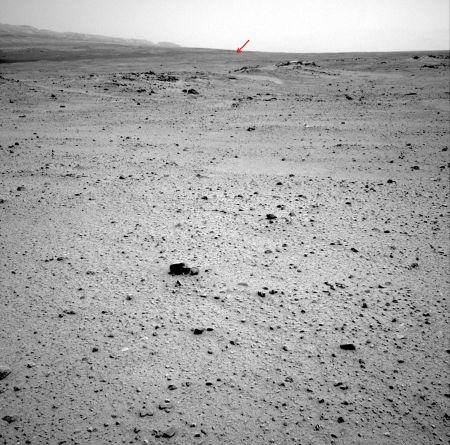 L'objectif des prochains mois, contourner le champ de dunes par son extrémité Sud-Ouest (flèche rouge) pour gagner la base du Mont Sharp