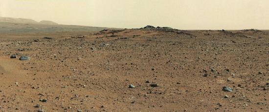 """""""Carte postale"""" prise le sol 342 en direction de la base SO du Mont Sharp, avec quelques rochers au premier plan, rochers nommés Twin Cairns"""