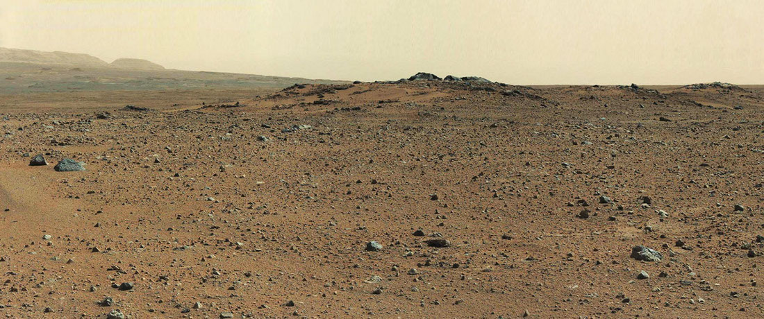 """Carte postale"" prise le sol 342 en direction de la base SO du Mont Sharp, avec quelques rochers au premier plan, rochers nommés Twin Cairns"