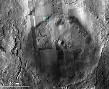 Carte du trajet de Curiosity replacée dans le contexte du cratère Gale qui occupe presque toute la photo, et du Mont Sharp qui occupe plus de la moitié du diamètre du cratère