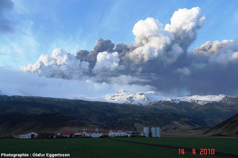 Panache de poussières lors de l'éruption du 14 avril 2010 de l'Eyjafjöll (Islande)