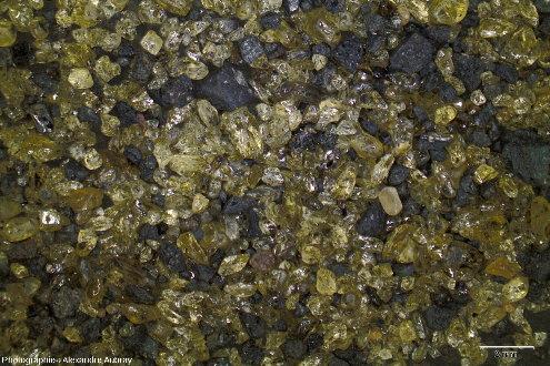 Détail des sables à olivines et fragments basaltiques de la plage du Tremblet, ile de La Réunion
