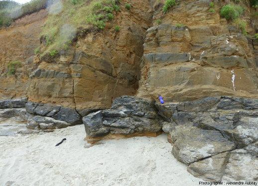 Intercalations de métabasites (sombres) dans des micaschistes plus clairs, vers Port Mélite