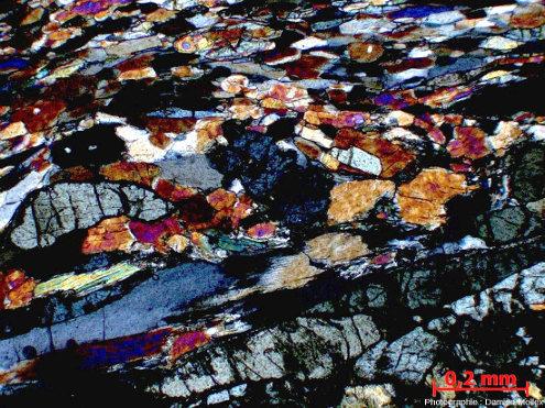 Détail de foliation montrant omphacites et glaucophanes dans une glaucophanite faciès éclogites de l'ile de Groix, en LPA