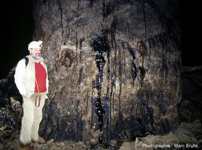 Écoulement naturel d'hydocarbures sur la paroi d'une galerie souterraine