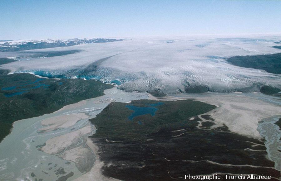Vue aérienne du bord occidental de la calotte glaciaire du Groenland.