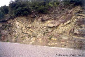 Un entonnoir (doline) d'effondrement (soutirage) vu en coupe, à St Jean de Valeriscle (Gard)