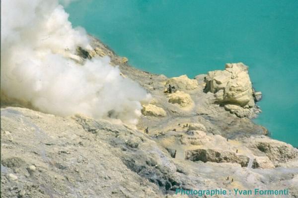 Vue plongeante sur la soufrière au bord du lac de cratère du Kawah Ijen