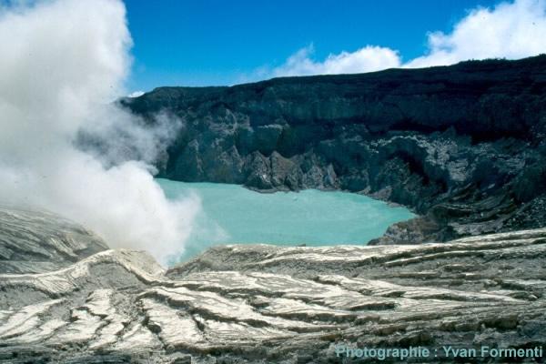 Le lac de cratère bleu turquoise du Kawah Ijen