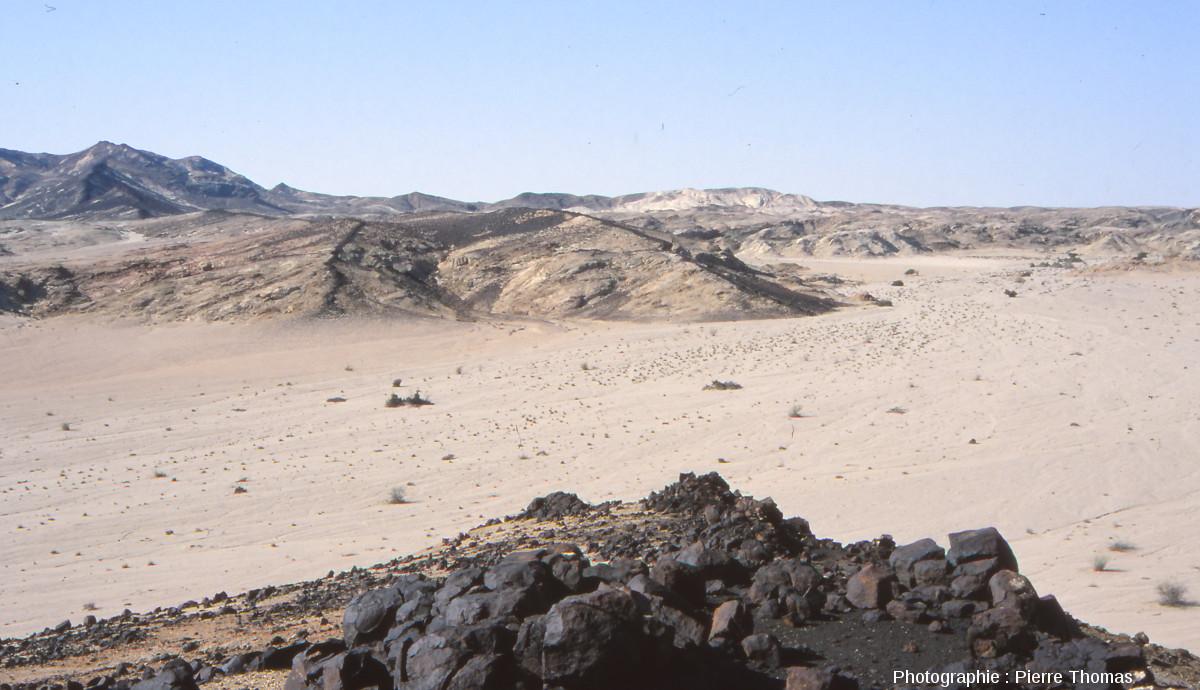Dykes de basalte, qui forment maintenant la crête des collines au deuxième plan de la photographie (Namibie)