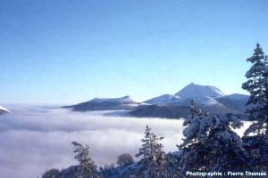 Vue aérienne hivernale de la Chaîne des Puys