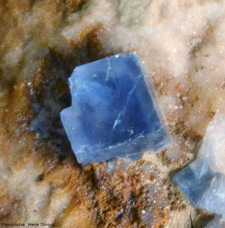 Cube de fluorine isolé, ramassé dans le même tas d'argile que les autres échantillons de fluorine bleue