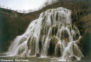 Dépôts de travertin près de l'émergence de la source de Baume-les-Messieurs (Jura)