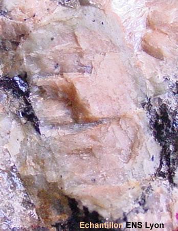 Vue rapprochée du granite rose de Traouiero