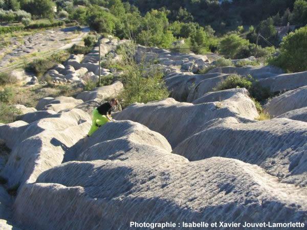 Vue d'ensemble de ce karst affectant les calcaires jurassique supérieur de Tourette sur Loup