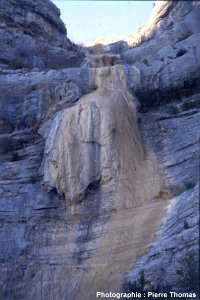 Cascade pétrifiante asséchée, vallée de l'Eygues (Drôme)