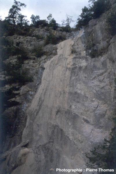Vue d'ensemble de la cascade pétrifiante asséchée, Bord de la D 10, La Rochette (04)