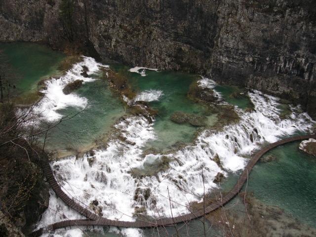 Vue plongeant sur une rivière du parc national de Plitvice (Croatie)