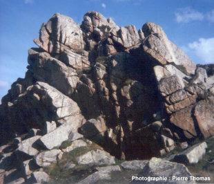 Affleurement de granite dont l'altération est guidée par un réseau de diaclases (Pointe de Primel, Côtes d'Armor)