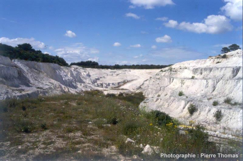 Vue générale d'une carrière de kaolin abandonnée (Morbihan)
