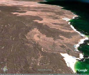 Vue oblique d'une plage blanche des Galapagos