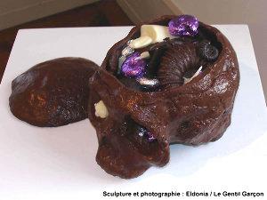 Sculpture de crâne d'Homo erectus en chocolat