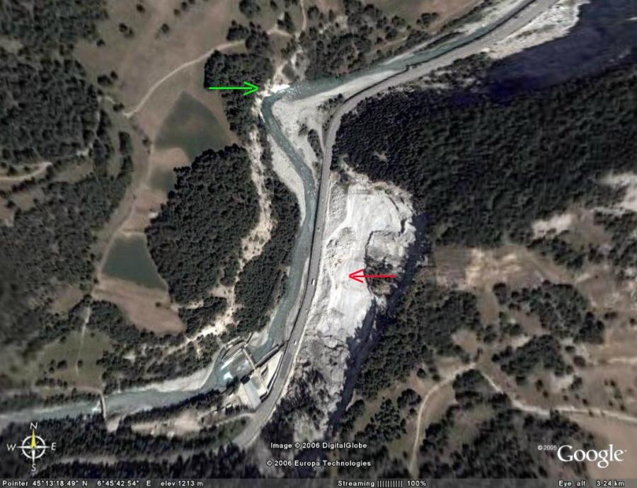 Localisation des plis post-schisteux (flèche verte) et de la falaise (avec ses éboulis) montrant plis syn-schisteux et boudins (flèche rouge), Bramans (73)