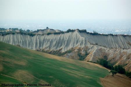 Paysage typique du Nord de l'Apennin, avec des figures de ravinement dans les argiles