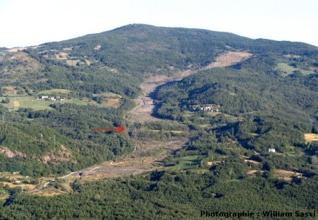 Vue générale (été 2006) du glissement de terrain de Il Sasso - Sassatella (Italie)