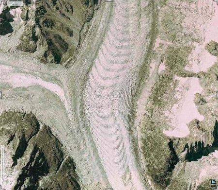 Détail au niveau du confluent entre le glacier du Tacul (à droite) et le glacier de Leschaux (à gauche)