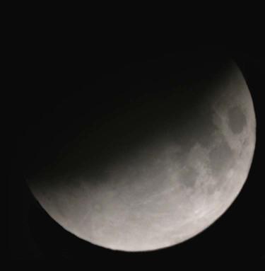Lune partiellement éclipsée lors de l'éclipse de novembre 2003