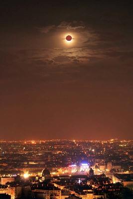 Photo (arrangée) d'une éclipse partielle de Lune au dessus de Lyon (7 septembre 2006)