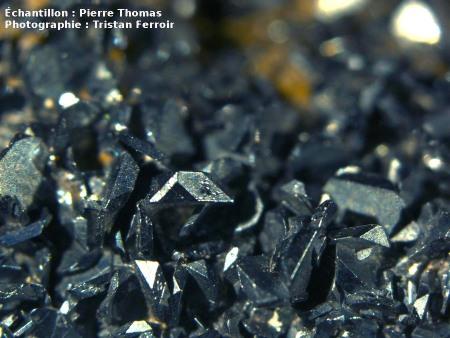 Gros plan sur des cristaux d'hématite déposés par des fumeroles sur de la Pierre de Volvic (63)