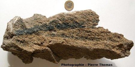 L'échantillon prélevé : cristaux d'hématite déposés par des fumeroles sur de la Pierre de Volvic (63)