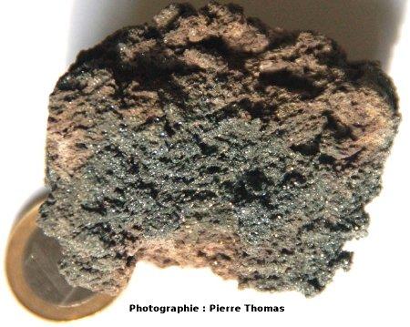 Scorie recouverte de micro-cristaux d'hématite, Puy de Tressous (63)