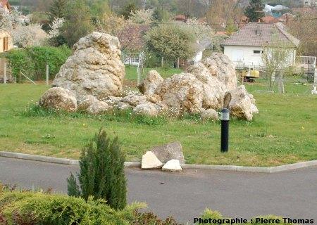 Exemple d'une «rocaille» en stromatolithes dans un espace public d'une zone pavillonnaire de Gannat (Allier)