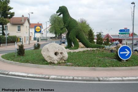 La situation actuelle (avril 2007) de la «stromatolithe aux deux palmiers» (Gannat, Allier)