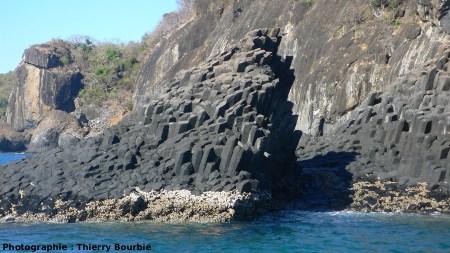 Les orgues basaltiques de l'île Mitsio (Madagascar): contact entre le basalte prismé et le substratum calcaire