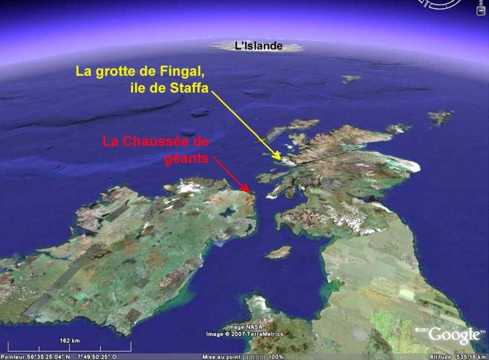 Image Google Earth de la chaussée des géants (Irlande du nord) et de l'île de Staffa (Écosse) sur les Iles Britanniques.