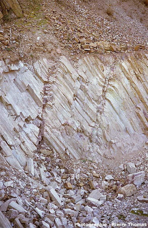 Crochons de failles normales dans des prismes rhyolitiques, carrière de Montauté, Montreuillon (Nièvre)