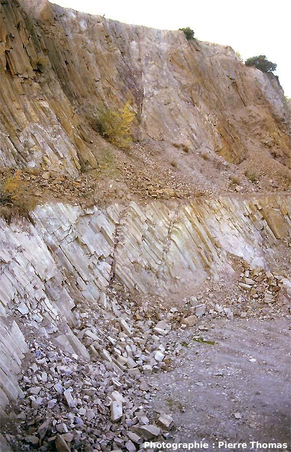 Vue générale du front de taille où sont situées les failles normales et leurs crochons, carrière de Montauté, Montreuillon (Nièvre)