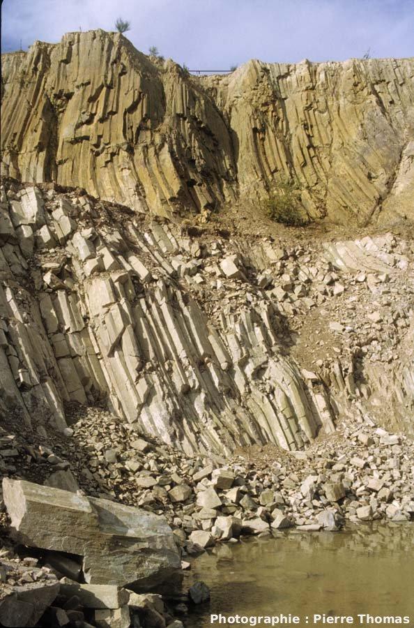 Vue du front de taille de la carrière de Montauté et de ses prismes de rhyolite, Montreuillon (Nièvre)