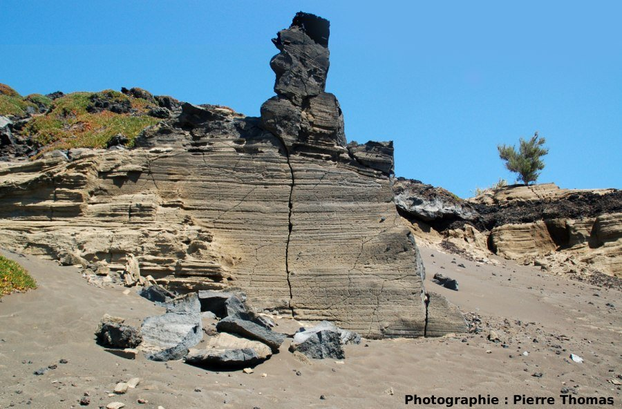 Vue générale sur des fentes de rétraction dans l'encaissant d'un dyke, Volcan du Capélinhos, Faial, Açores
