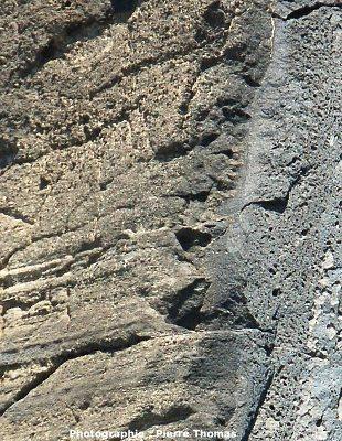 Gros plan sur la bordure gauche du dyke et son encaissant induré par la cuisson (thermo-métamorphisme), Volcan du Capélinhos, Faial, Açores