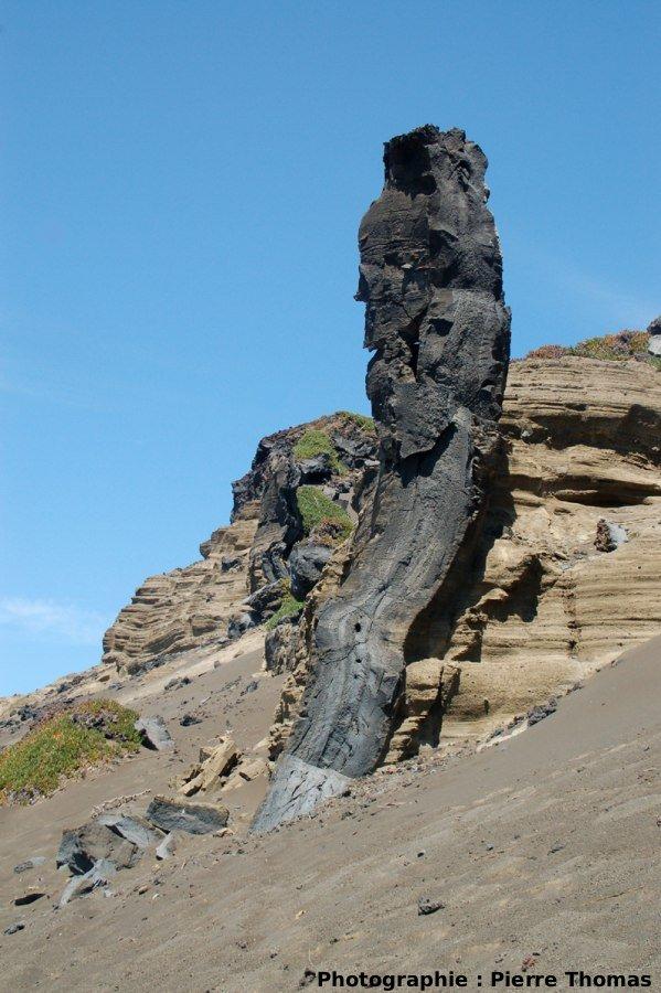 Vue générale du dyke, en coupe, Volcan du Capélinhos, Faial, Açores